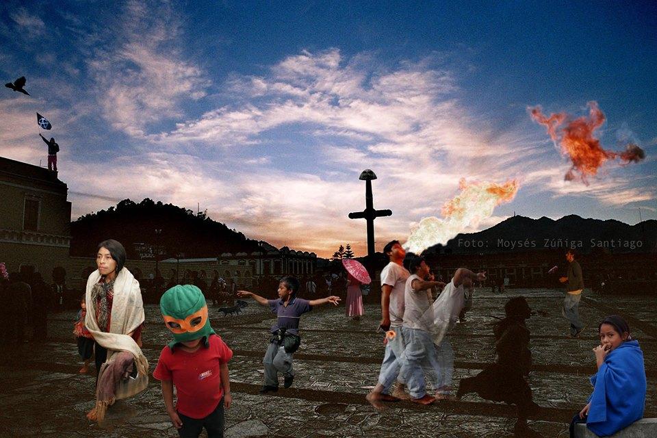 Composición fotográfica en la que varios niños y jóvenes juegan en una plaza, al fondo se ve una cruz, montañas y nubes.