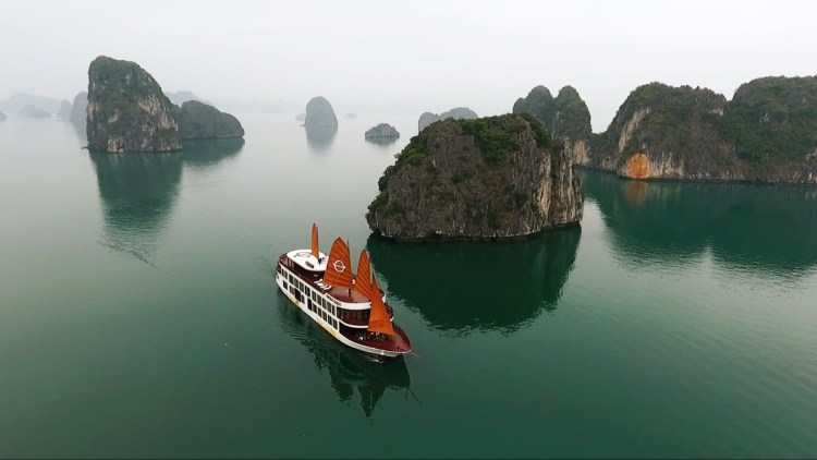 Emperor Cruises in the Bái Tử Long Bay