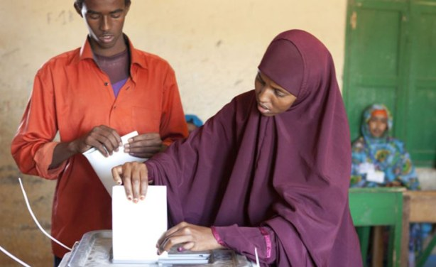 Voting in an election to vote president of Somaliland going on Nov. 13, 2017. credit/VOA