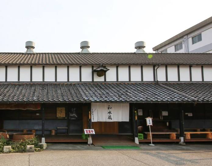 Murakami City's first salmon specialty restaurant, Izutsuya. Haiku, Basho Matsuo is also known as the Hatago