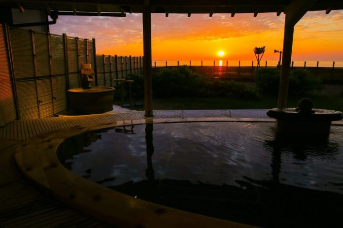 """Senami Onsen"", a hot spring resort with a beautiful sunset over the Sea of ​​Japan"