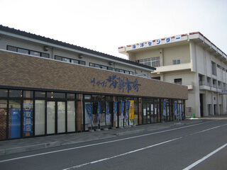 Taste delicious seafood in the port town of Sakata seafood market