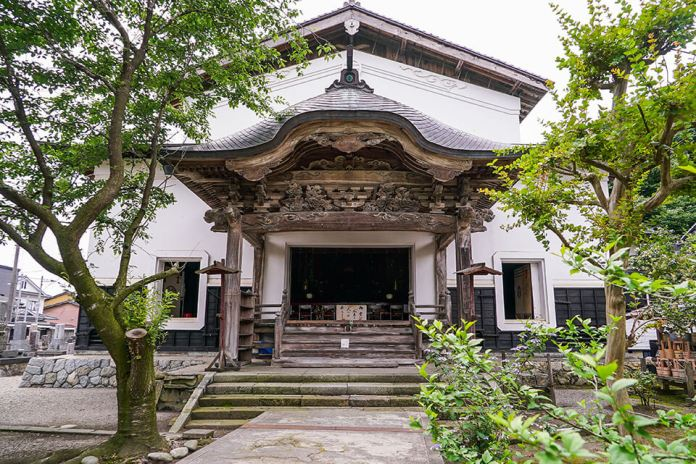 Jonenji, also known for Basho Matsuo's visit, is a temple of the Jodo sect