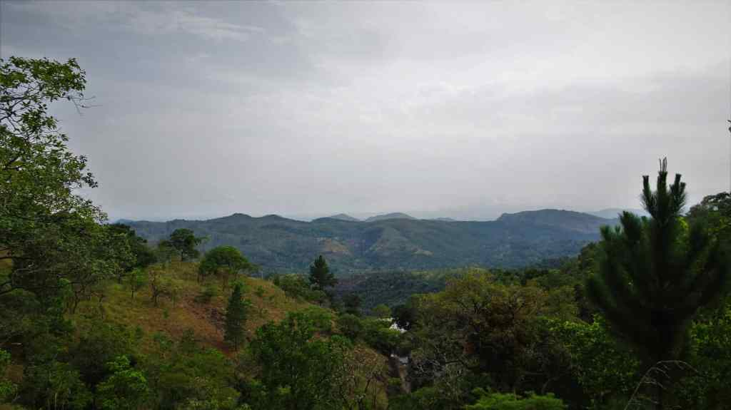 Diyaluma Waterfalls; beautiful views along the way