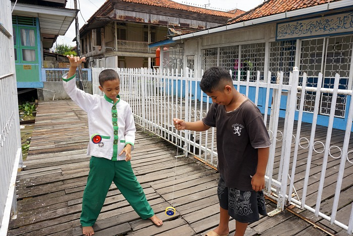 two kids playing Yoyo in Al Munawar Palembang
