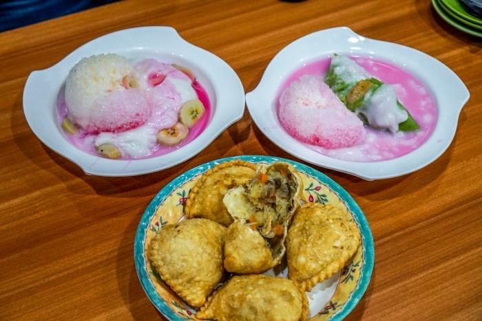 Es Pisang Ijo and Jalangkote Makassar