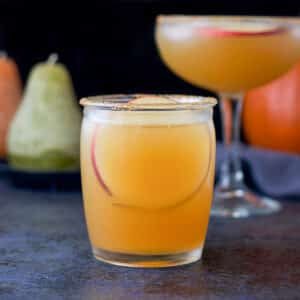 Short glass with the margarita with an apple round in it - square