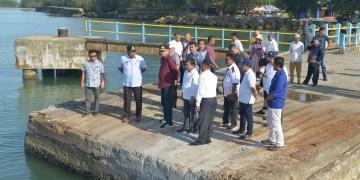 Plt. Gubernur Aceh bersama rombongan meninjau kondisi dermaga Pelabuhan Penyeberangan Singkil. Foto : Zul