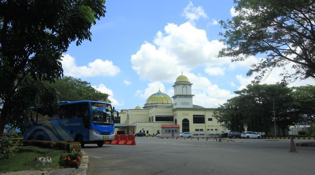 Bus Trans Koetaradja memasuki Bandara SIM