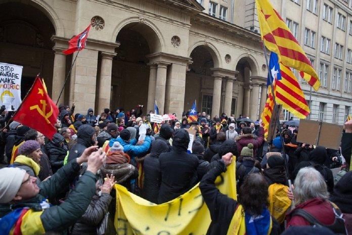 el contencioso creado entre la justicia española y la alemana, por la no ejecución completa de la Orden de Detención sobre Puigdemont, ha derivado a La Haya, donde se encuentra la sede de la Eurojust (órgano europeo dedicado a la cooperación judicial), en búsqueda de una solución satisfactoria para nuestro país.