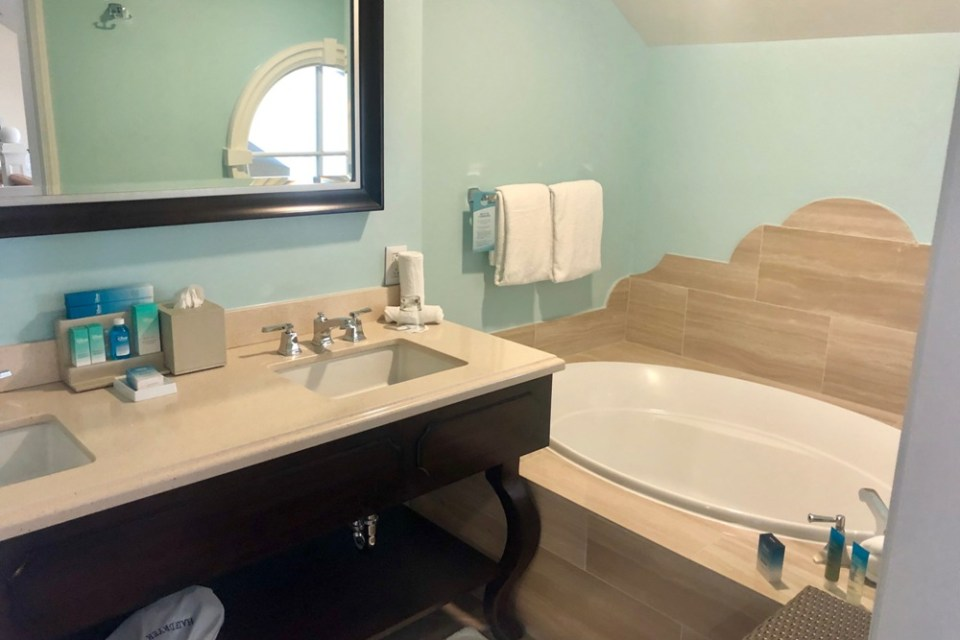 BoardWalk Inn - Bathtub