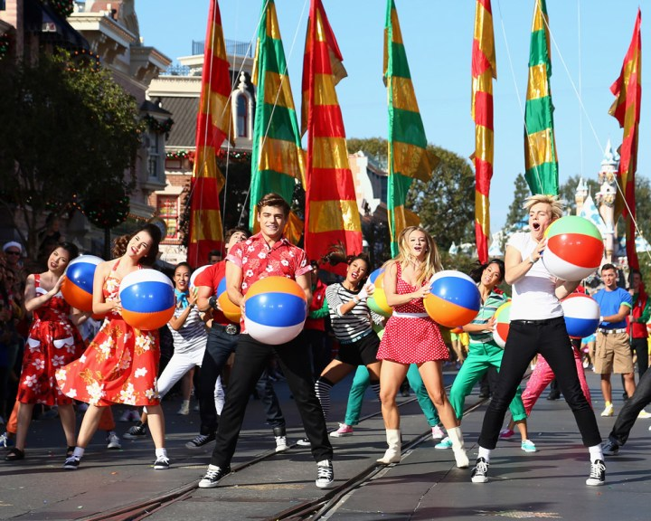 Christmas Day Parade.Abc Tapes Christmas Day Parade At Disneyland Again