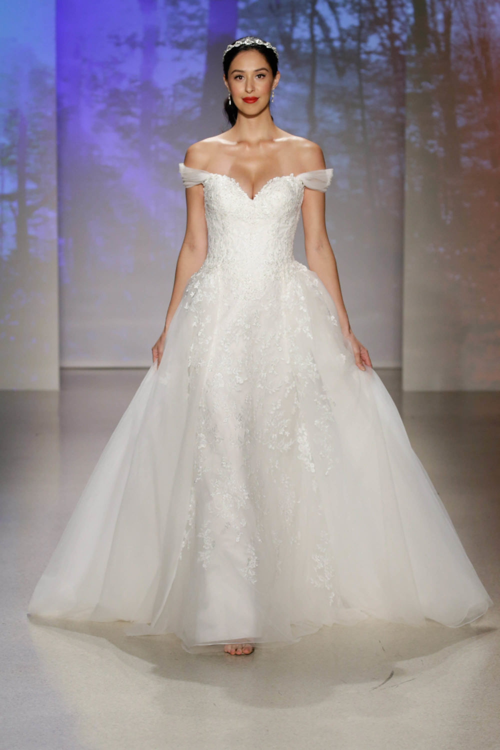 Snow white wedding dress alfred angelo spring 2017 bridal show with snow white wedding dress alfred angelo spring 2017 bridal show with disney weddings junglespirit Image collections