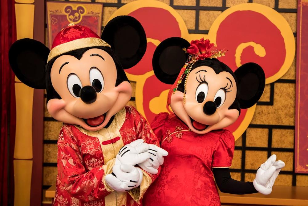 Mickey y Minnie en sus trajes de Año Nuevo Lunar