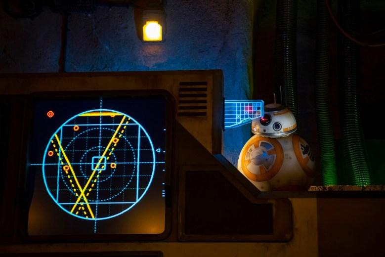 BB-8 dentro del juego star wars: rise of the resistance en Disneylandia