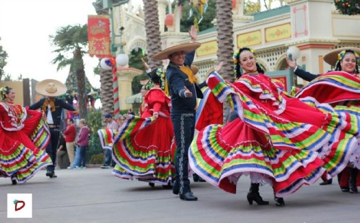 Bailarines de Danza folklórica de Disney Viva Navidad