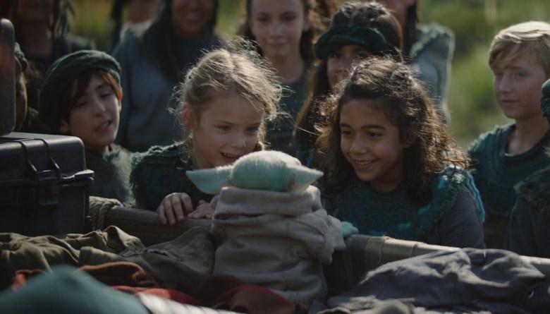 Escena del mandaloriano con Baby Yoda y otros niños