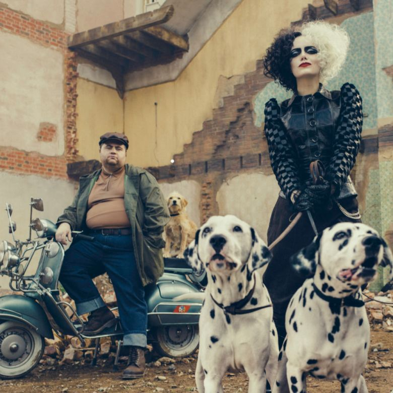 Emma Stone en su personaje de Cruella con dos perros dálmatas