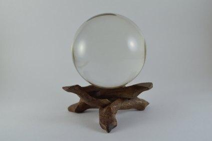 Una bola de cristal, otro pongo de la estantería del salón