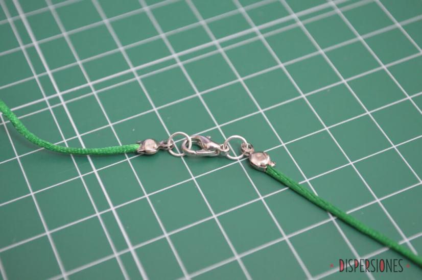 El sutil mecanismo de cierre: cordón -> tapanudos con chafa dentro -> anilla -> gancho -> anilla -> tapanudos con chafa dentro -> cordón