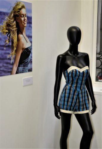 Exposition Pin-Up Brigitte Bardot maillot de bain écossais