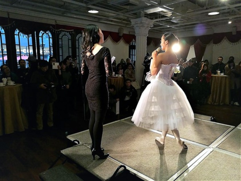 Exposition lingerie corset Shanghai Nuits de Satin Vernissage Danseuse