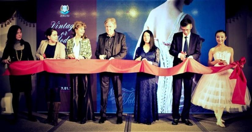 Exposition lingerie corset Shanghai Nuits de Satin Vernissage Lingbo Zheng Ghislaine Rayer Patrice Gaulupeau