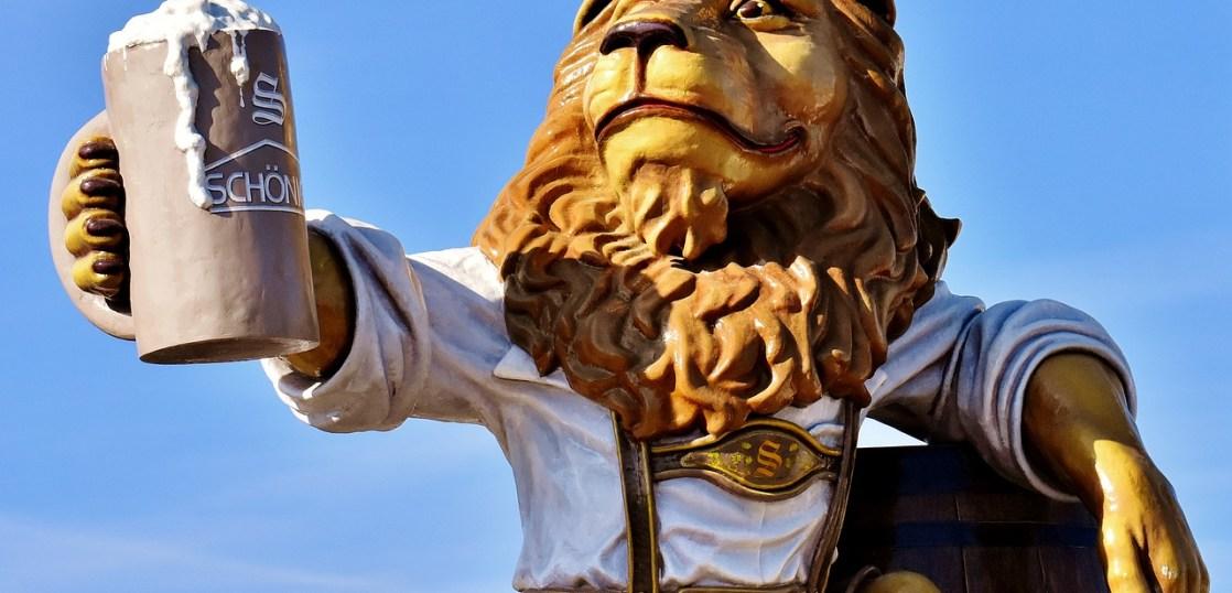 お酒を手に取るライオン
