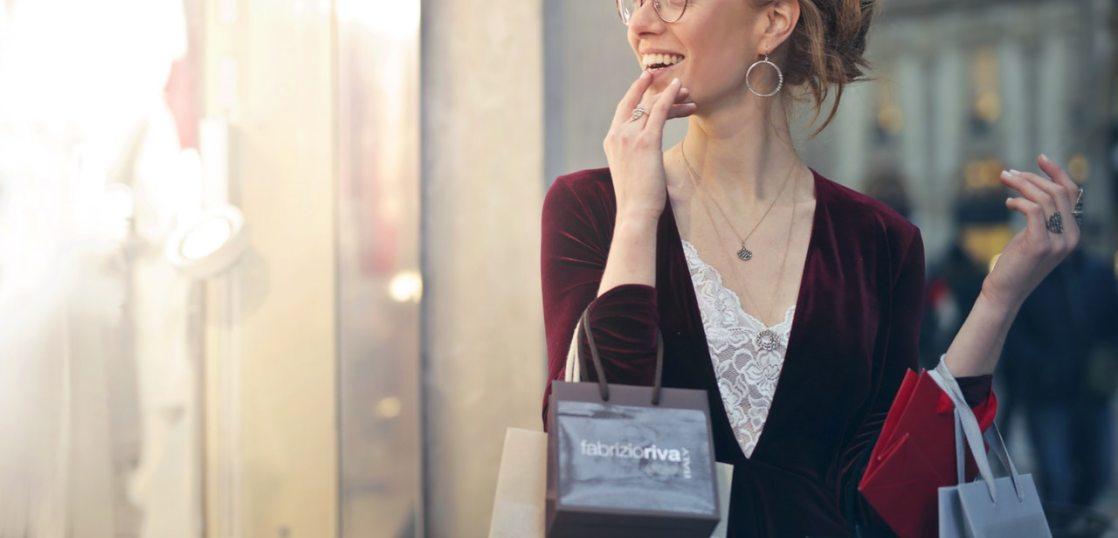 笑顔で買い物する女性