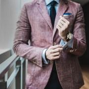 ピンクのスーツを着る男