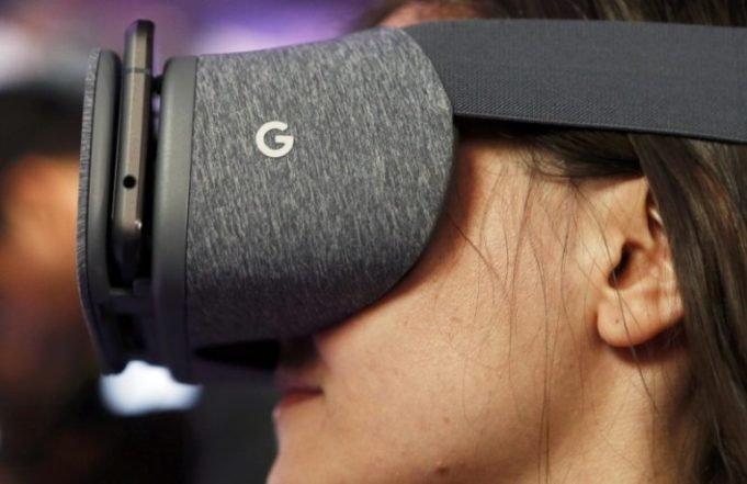 A member of the media tries out the Google Daydream View VR headset during the presentation of new Google hardware in San Francisco, California, U.S. October 4, 2016. REUTERS/Beck Diefenbach