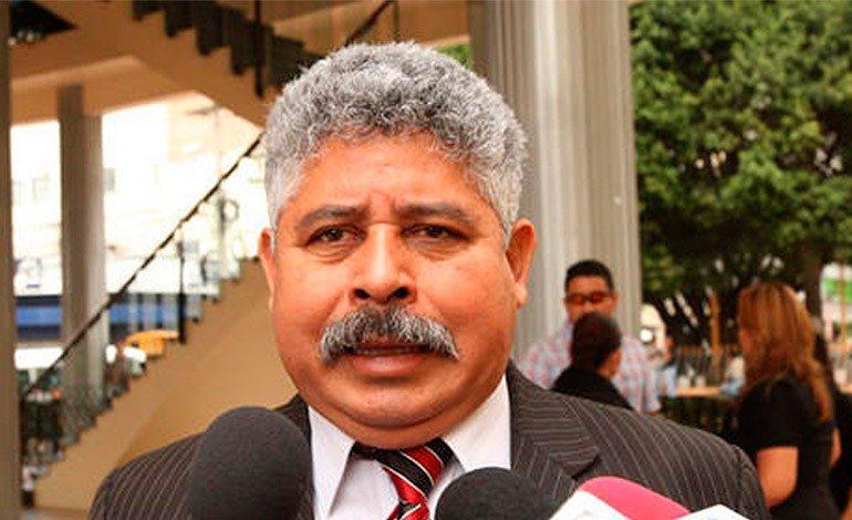Asesor presidencial de Honduras agrede a rival político en vivo