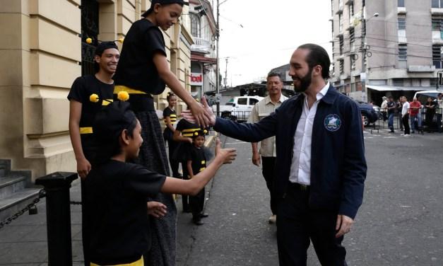 """Nayib Bukele, el """"político ejemplar' salvadoreño acusado de ciberataques"""