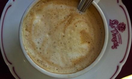 Dentro de todo café, cada mesa es un mundo. Una mañana en un clásico porteño, Las Violetas