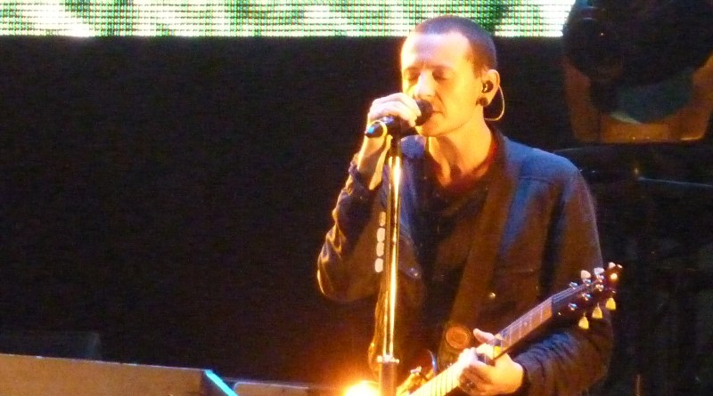 By Carlos Varela - originally posted to Flickr as Linkin Park - Maquinaria Festival 2010, CC BY 2.0, https://commons.wikimedia.org/w/index.php?curid=12034769
