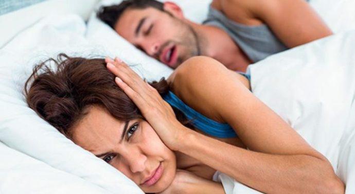 Trucos para evitar los ronquidos cuando duermes