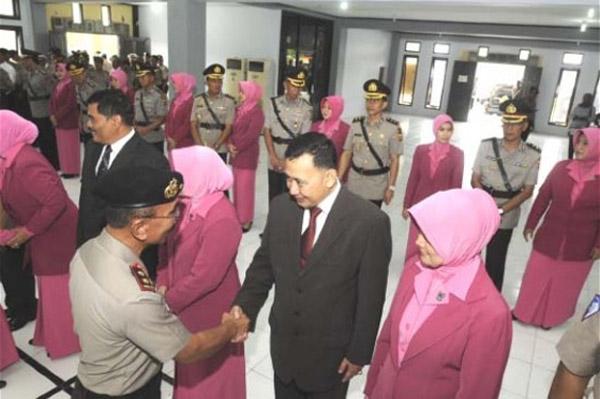 Kapolda Aceh Irjen Pol Herman Efendi memberi ucapan selamat kepada sejumlah pejabat dan kapolres yang dilantik di Aula Mapolda Aceh, Selasa (11/6). SERAMBI/M ANSHAR