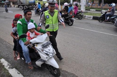 personil Dit lantas menilang pengendara sepeda motor yang tidak memakai helm
