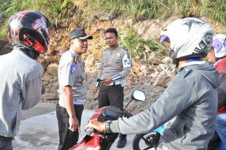 Dir Lantas Polda Aceh menghimbau kepada pengendara sepeda motor agar berhati-hati melewati jalan yang terkena longsor