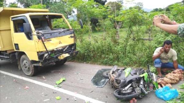 TRUK BL 9006 C terlibat tabrakan dengan sepmor Yamaha Mio BL 4397 LAD di kawasan Gampong Raya, lintasan Seulimuem-Lamteuba, Senin (16/5) sore. Dua pengendara sepmor--seorang di antaranya bocah lima tahun--meninggal akibat musibah itu.   Foto: Serambinews.com