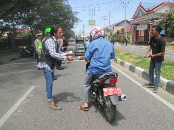 160604_acehtenggara_Pembagian-Brosur-Safety-Riding-di-Kampus-UGL_1