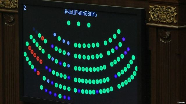 Armenia - The results of Armenian parliament vote on the ratification of an accession treaty with the Eurasian Economic Union shown on a screen, Yerevan, 4Dec2014.