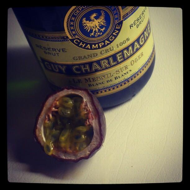 En dag sto en venninne utenfor med en flaske champis i hånden; Vi må feire livet!
