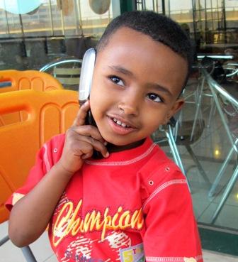 Binniam snakker med sin mamma i telefonen