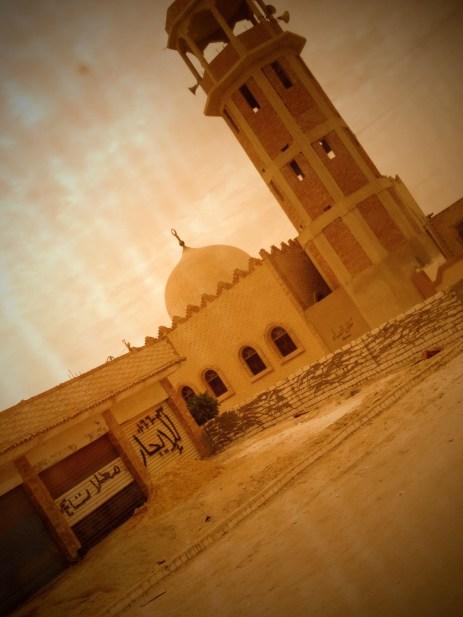 Vi passerer moskè etter moskè på veien