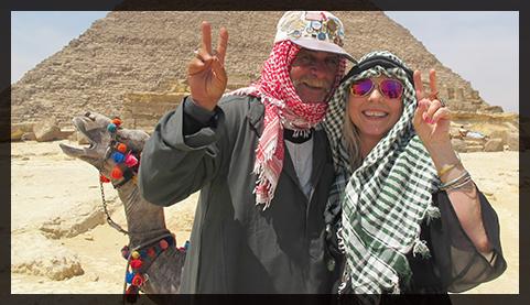 Jeg sammen med en av de mange kamelmennene rundt pyramidene