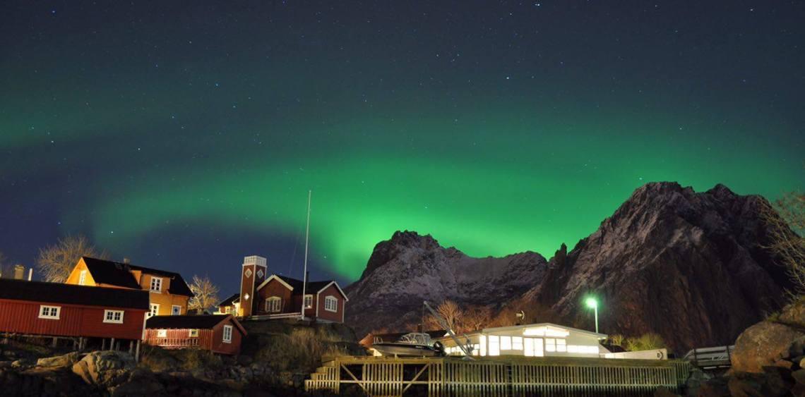 Svinøya med nordlys