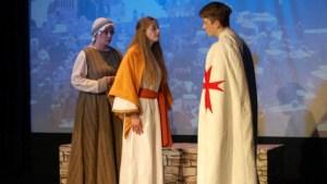 Gleich die ersten Szenen wie hier mit Recha (l.), ihrem Vater, dem reichen Juden Nathan und der Christin Daja (Katrin Cibin) führen in das dramatische Geschehen ein, in dem der Konflikt zwischen den großen Weltreligionen thematisiert wird.