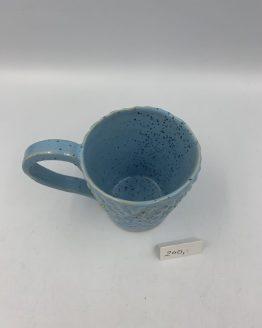 Krus med hank. Smukt Unika krus med hank og med struktur. Lyseblå med blå prikker. Tåler maskinopvask.