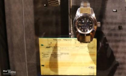 """Rolex Deep Sea Special """"Commemorative Edition"""" mit der Nummer 1 im Musée International d'horlogerie (MIH) in La Chaux-de-Fonds; im Hintergrund eine Kopie von Piccards Telegramm an Rolex"""